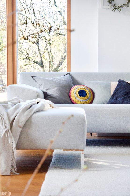 dieartigeBLOG - Lumikello-Kissen, Upcycling aus alten T-Shirts, Wohnzimmer, Wohnidee, graues Sofa