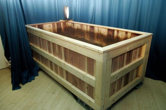 天然素材で作られた ホルミシスルームのような浴槽