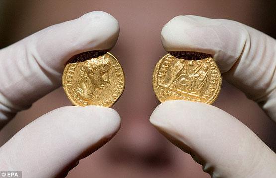 Sur l'avant des pièces, l'Empereur Auguste est représenté, Gaius et Lucius sont représentés au dos.