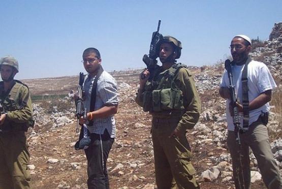 Bevæbnede bosættere eskorteret af israelske soldater på Vestbredden