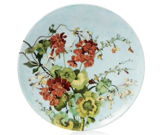 Théodore DECK (1823 - 1891) et HIARD (décorateur)  Assiette en céramique à décor de géraniums et de chèvrefeuille.