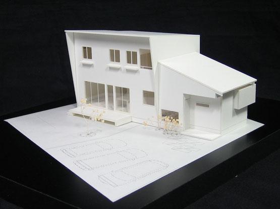 白い1/100の住宅模型その2