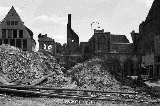 1945 Blick vom Domplatz aufs Rathaus, links Rohbau Stuhlmacher