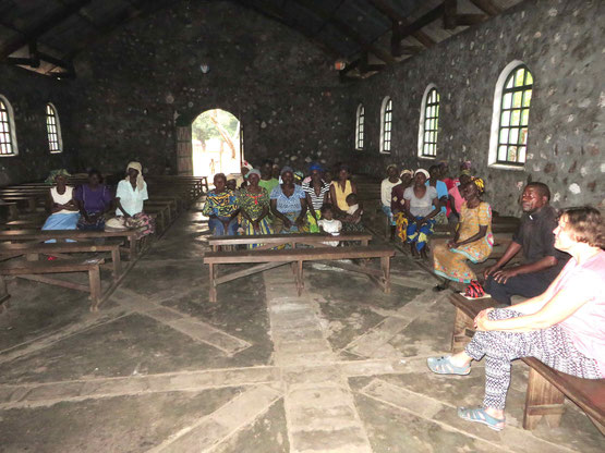 Mit den 23 Witwen in der Kirche