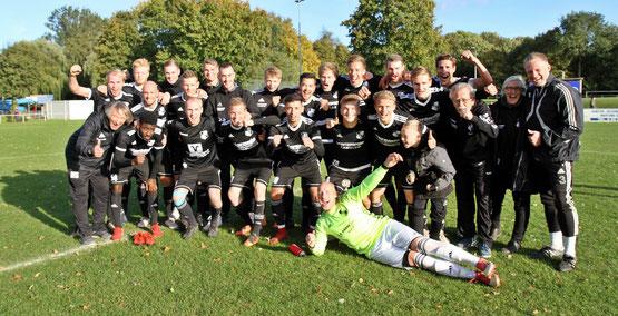 Pokal verteidigt: Heider SV jubelt nach dem 3:1-Sieg in Lägerdorf. Foto Olaf Jensen