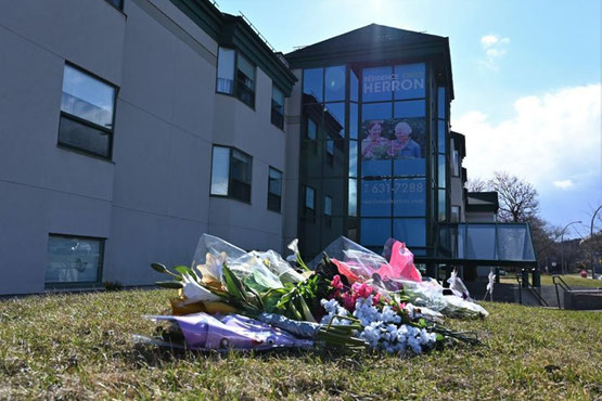 Flowers put in front of the Herron CHLSD in tribute to the 31 deceased residents, photo published on a Facebook page condemning the lack of care given to the elderly in this center.