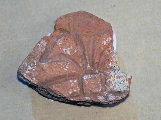 Bruchstück einer Bodenplatte (stilisierte franz. Lilie) - mittlere Burg