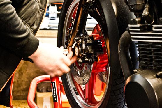 Bremsen Bremsbeläge und Scheiben erneuern in Heiligenhaus im Bike Bunker Stahlflex