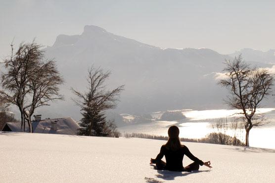 Yoga mit Blick auf den Mondsee und seine Berge