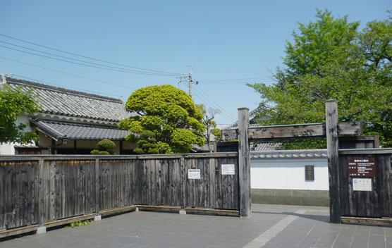 萱野三平旧宅(公開)の門前(2~3台の駐車は可能)