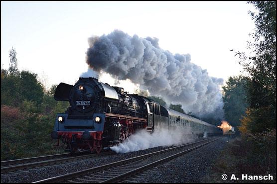 Am 13. Oktober 2018 beschleunigt die Lok ihren Sonderzug nach Weimar auf der Gerade in Chemnitz-Borna. Neben der beachtlichen Dampffahne, ist das neue Lokschild auffällig