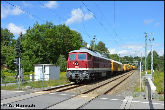 """Inzwischen trägt die Lok den """"DB-Keks"""" und ist für die Bahnbaugruppe im Einsatz. So trägt sie die interessante Optik der 90er Jahre nach Ende der DR. So sah ich sie am 12. August 2017 in Chemnitz-Furth mit einem Bauzug gen Hbf."""