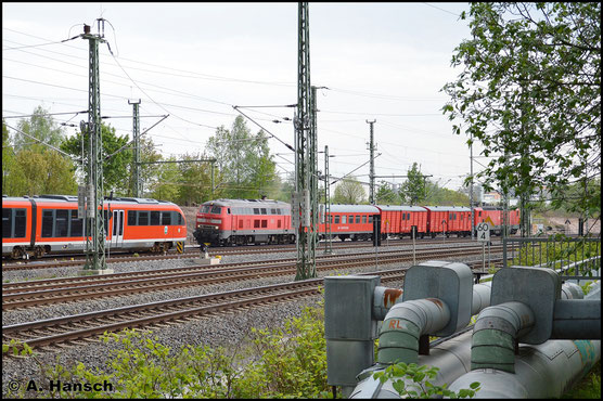 218 488-5 schleppt am 12. Mai 2016 den Zwickauer Hilfszug am AW Chemnitz vorbei gen Dresden. Am Haken ist auch die defekte 143 850-6