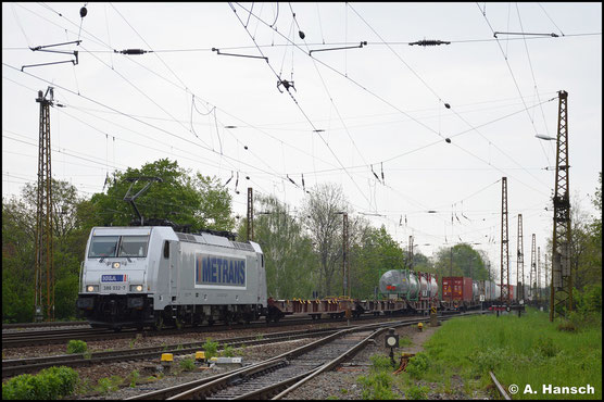 Aus Richtung Dresden kommend, rollt 386 032-7 am 14. Mai 2021 mit Containerzug durch Leipzig-Wiederitzsch
