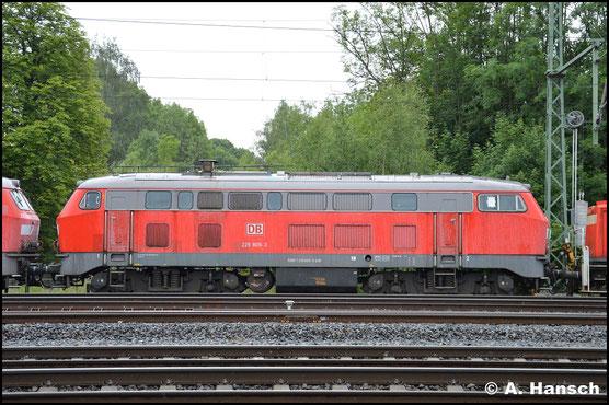 Ebenso wurde mit 225 809-3 verfahren, die 2007 wieder in 218 009-9 umnummeriert wurde. Am 24. Juni 2018 erreicht die Maschine in einem Lokzug das DB Stillstandsmanagement Chemnitz