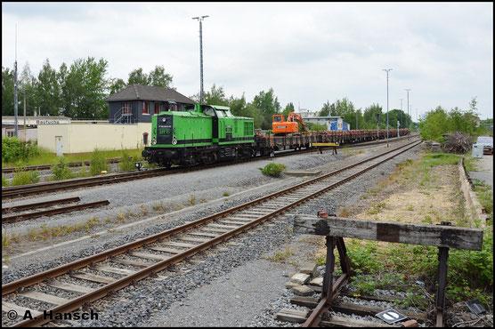 3 Jahre später hat die Lok einen neuen Besitzer und eine neue Farbe. In Chemnitz-Süd treffe ich sie mit einem Bauzug nach Dorfchemnitz an (23. Mai 2016)