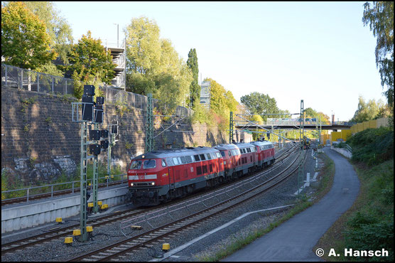 218 432-3 hat am 7. Oktober 2019 ihre Schwestermaschinen 218 435-6 und 218 495-0 am Haken. Als Tfzf 72167 geht es von Ulm nach Cottbus. Hier fährt der Lokzug in den Chemnitzer Hbf. ein