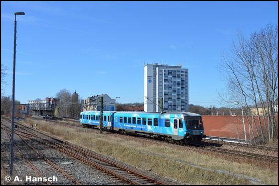 628/928 424 trägt die bayrischen Landesfarben als Lackierung. Am 7. April 2018 durchfährt er Chemnitz-Süd mit dem Ziel AW Chemnitz
