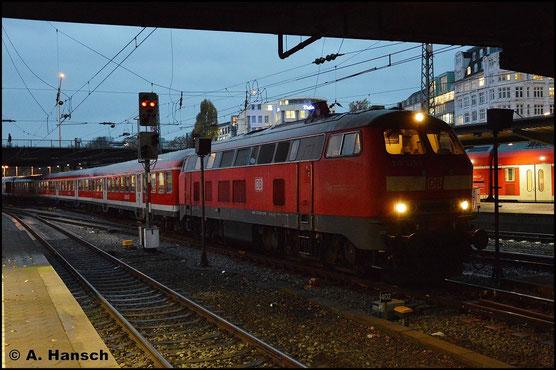 218 329-1 wartet aufgrund einer Weichenstörung am 6. November 2015 in Hamburg Hbf. auf Weiterfahrt