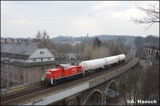 Neu lackiert zieht die Lok am 20. Februar 2018 die Gaskesselübergabe aus Hartmannsdorf nach Chemnitz-Süd. Beim Überqueren des Chemnitztalviadukts entstand dieses Bild
