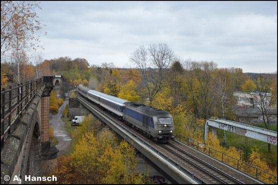 """Am 11. November 2017 ist die Lok als """"Black Pearl"""" unterwegs, wie es scherzhaft in den Dreck auf die Front geschrieben ist. Mit durch NX-Wagen """"aufgefülltem"""" RE6 verlässt der Zug Chemnitz Hbf. über das Chemnitztalviadukt gen Burgstädt"""