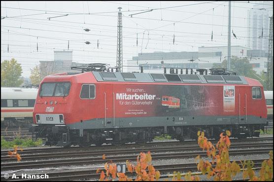 Am 19. Oktober 2015 steht die Maschine wieder in Leipzig Hbf. Ihr Aussehen hat sich etwas verändert: Sie trägt nun Werbung für die MEG