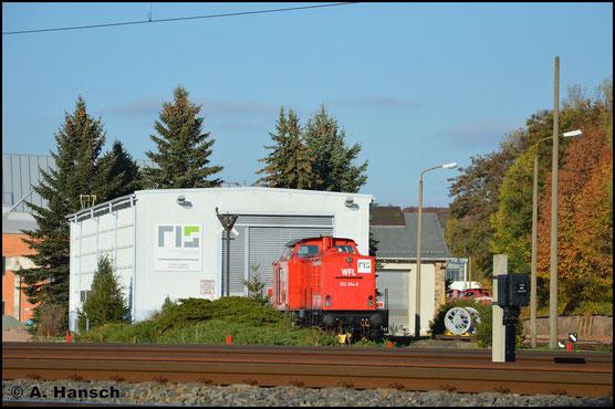 Am 21. Oktober 2018 steht die Lok am AW Chemnitz. Sie ist inzwischen rot lackiert und vorübergehend an die RISS vermietet