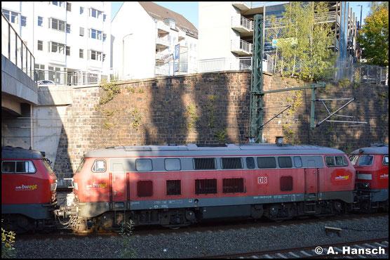 218 435-6 hängt am 7. Oktober 2019 in einem Lokzug von Ulm nach Cottbus. Hier bei der Einfahrt in Chemnitz Hbf.