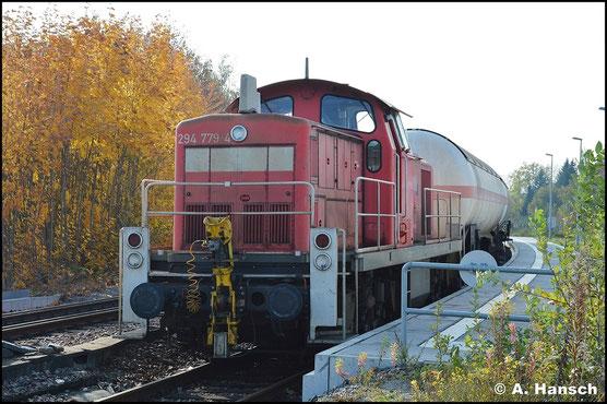 294 779-4 wartet am 27. Oktober 2015 in Chemnitz-Südbahnhof auf Ausfahrt. Am Haken hat sie die Gaskesselübergabe nach Hartmannsdorf