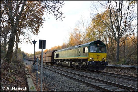 266 064-5 setzt, nach Halt (der Zug wurde über den Hbf. umgeleitet) in Chemnitz-Borna, ihren schweren Kohlezug in Bewegung, um ihn in den Rbf. Küchwald zu ziehen. Am anderen Zugende hilft 266 038-9 mit