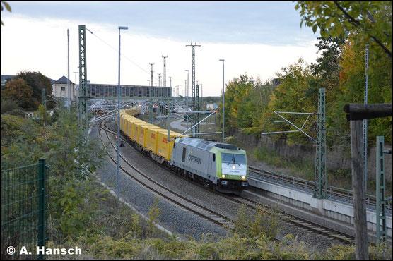 Am 4. Oktober 2018 zieht 285 117-9 einen DHL-Zug durch Chemnitz Hbf. gen Zwickau