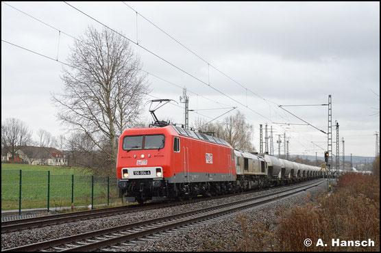 Wieder ohne Werbung, dafür mit Loknummer an den Fronten, ist die Lok am 2. Dezember 2018 vor 266 442-3 unterwegs. In Chemnitz-Furth haben die beiden Maschinen den Leerzement nach Rüdersdorf am Haken