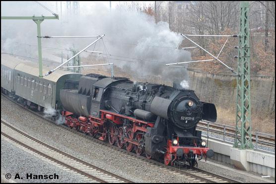 Erstmals ohne Schneeräumer sehe ich 52 8131-6 am 1. April 2018. Mit einem Sonderzug des SEM Chemnitz verlässt sie Chemnitz Hbf.