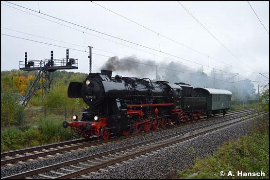 """52 8141-5 steht nach langer """"Tüftelei"""" in Meiningen endlich wieder unter Dampf. Am 15. Oktober 2020 passiert sie, auf dem Weg ins Heimat-Bw Löbau, das SEM Chemnitz"""