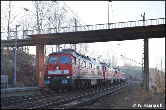 232 239-4 ist am 27. Februar 2019 mit der Aufgabe betraut, 232 426-7 und 232 693-2 gen Polen zu überführen. Am Zugschluss läuft 232 690-8 mit, die in Freiberg aufgenommen wurde. Hier durchfährt der Zug den Hp Muldenhütten