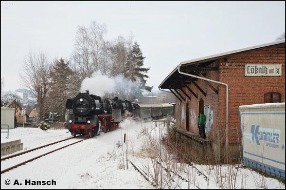 Vor 50 3648-8 zieht 50 3610-8 am 15. Dezember 2018 einen Sonderzug duch Lößnitz unt. Bf.