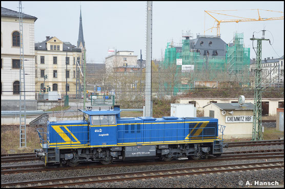 275 101-4 der EVB spannt am 10.04.2021 vor 218 468-7 einem Holzzug vor. Gemeinsam bringen die Loks das Stammholz nach Plattling in Bayern