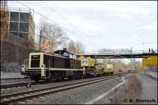 Am 3. April 2018 treffe ich die Lok mit einem kurzen Bauzug kurz vor Chemnitz Hbf. an. Sie ist inzwischen umlackiert