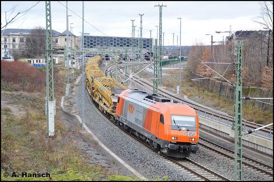 Die Loks der RTS sind auffällig lackiert. Am 13. Dezember 2015 zieht Lok 2016 908-3 einen Gleisbauzug durch Chemnitz Hbf. gen Weiden