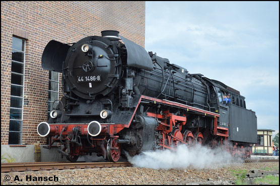Ein schönes Lokportrait der Maschine entstand dann einen Tag später im SEM Chemnitz. Bei der Lokparade des 26. Heizhausfestes präsentiert sich die Lok lautstark
