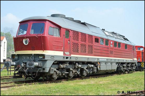 Ca. 2 Jahre später, am 28. Mai 2016, ist die Lok kaum wieder zu erkennen. Als 132 334-4 ist sie in ihrem DR-Outfit bei EBS im Einsatz. Hier wird sie beim Bw Fest in Weimar präsentiert