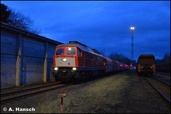 """232 201-4 trägt den sogenannten """"Holland-Latz"""". Am Abend des 20. Dezember 2018 wartet die Lok mit dem Gipszug nach Großkorbetha im Rbf. Chemnitz-Küchwald auf Ausfahrt"""