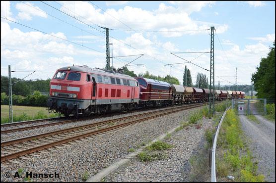 Im Einsatz erlebte ich die Lok schließlich am 30. Juli 2017, als sie vor 227 004-9 einen Schotterzug nach Döbeln zieht. In Chemnitz-Furth entstand das Bild