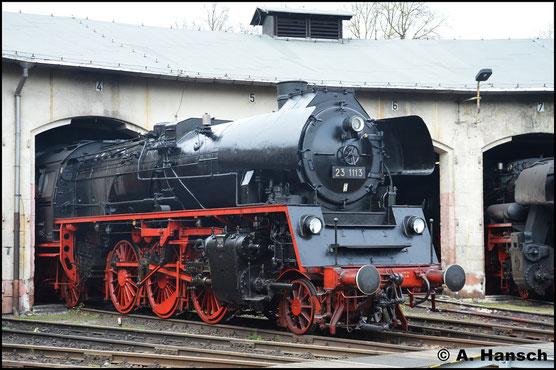 Als 23 1113 beschildert ragt die Lok am 15. April 2017 aus dem Lokschuppen des Museums-Bw in Nossen