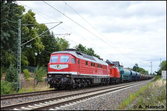Vor 202 264-8 ist 232 173-5 am 8. Juli 2019 in Grüna zu sehen, als die den schweren Düngermittelzug DGS 43390 nach Neumark befördert