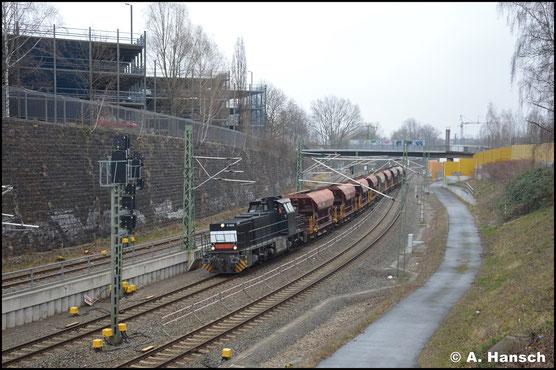 Bei der Einfahrt in Chemnitz Hbf. treffe ich die Lok am 20. März 2020 mit Schotterzug an
