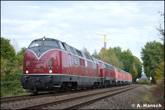 Später verlässt sie Chemnitz mit 3x BR 225 aus dem Stillstandsmanagement gen Norden. In Chemnitz-Borna passte ich die Fuhre ab. Hinter der V200 läuft 218 455-4 als Bremslok mit