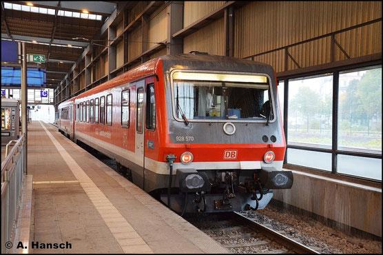 628/928 570 kam am 20. Oktober 2015 aufgrund von Fahrzeugmangel bei der EGB aushilfsweise auf der Strecke Chemnitz - Thalheim zum Einsatz. Soeben fuhr der Triebwagen in Chemnitz Hbf. ein und pausiert dort bis zum nächsten Umlauf