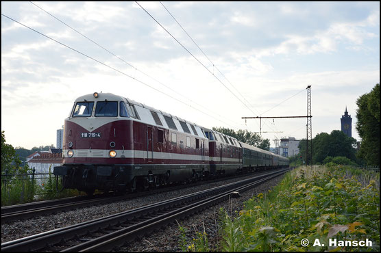 228 719-1 (EBS 118 719-4) und 228 585-6 (ITL 118 552-9) sind am Morgen des 22. Juni 2019 mit ihrem Sonderzug von Dresden nach Sonneberg unterwegs. Auf dem Bäckerviadukt in Chemnitz passte ich die Fuhre ab