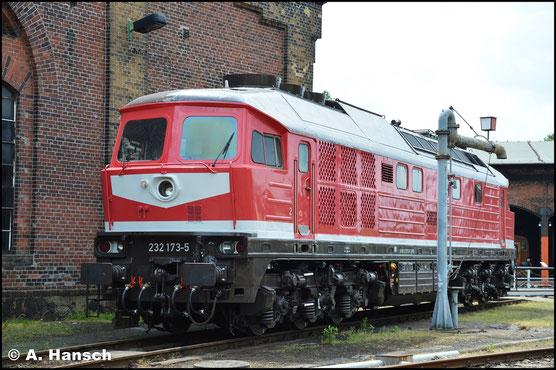 Am 22. Juni 2019 ist die Lok kaum wieder zu erkennen. Inzwischen gehört sie der Triangula Logistic Service GmbH und befindet sich in HU. Für kleine Endarbeiten ist die Lok im SEM Chemnitz zu Gast
